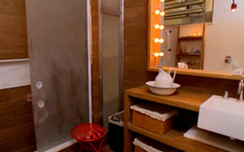 Antes e depois: banheiro ganha decoração com madeira