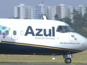Avião da azul em São José dos Campos (Foto: Reprodução/TV Vanguarda)
