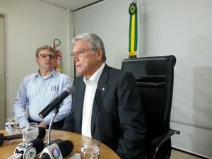 Governador Teotonio Vilela Filho em coletiva à impresa antes de reunião com militares (Foto: Nildo Lopez/TV Gazeta)