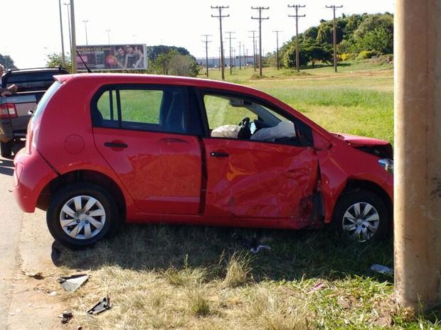 Carro desvirado após acidente em trecho a BR-070 em Brasília nesta terça-feira (31); veículo tombou sobre moto, deixando dois feridos (Foto: Beatriz Pataro/G1)