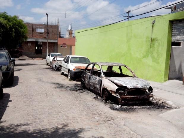 Carros incendiados em frente à Delegacia de Polícia Civil de Buíque (Foto: Divulgação/Polícia Civil)