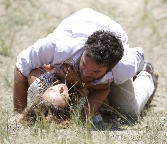Na tentativa de pegar a arma, Melissa atira em Pedro (Foto: Fábio Rocha/Gshow)
