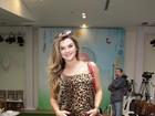 Mirella Santos exibe barriguinha em desfile de moda infantil