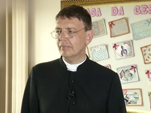 Padre afirma que sente honra por ser condenado por impedir aborto em Morrinhos Goiás  (Foto: Reprodução/TV Anhanguera)