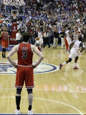 Omer Asik, do Chicago Bulls, vê a festa do Philadelphia 76ers (Foto: Agência AP)
