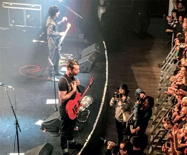 A banda Eagles of Metal fotografada pelo celular de Sophie (Foto: Arquivo pessoal)