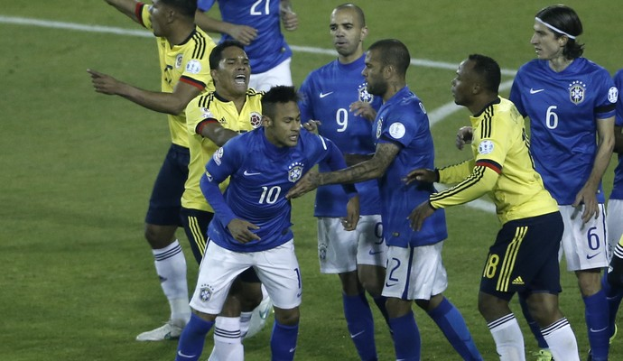 Neymar Bacca confusão Brasil Colômbia (Foto: Silvia Izquierdo / AP)