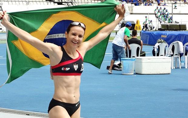 Maurren Maggi dando a volta olímpica  (Foto: Gustavo Pêna / Globoesporte.com)