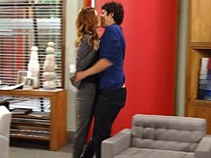 Veruska tasca um beijão em Nando (Foto: Guerra dos Sexos / TV Globo)