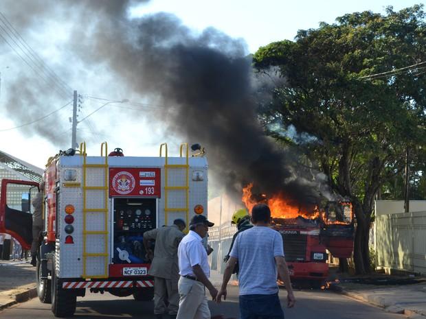 Esposa teria visto mensagens comprometedoras no celular do marido e por isso colocou fogo no caminhão (Foto: Aline Lopes/G1)