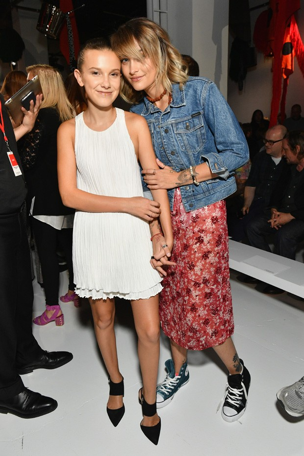 NEW YORK, NY - SEPTEMBER 07:  Actress Millie Bobby Brown and Paris Jackson attend the Calvin Klein Collection fashion show during New York Fashion Week on September 7, 2017 in New York City.  (Photo by Dia Dipasupil/Getty Images) (Foto: Getty Images)