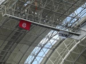 Bandeiras de ABC e América na cobertura do Arena das Dunas (Foto: Klênyo Galvão)