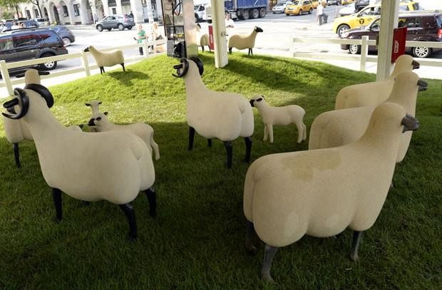 Exposição conta com 25 ovelhas criadas por François Lalanne (Foto: Timothy A. Clary/AFP)