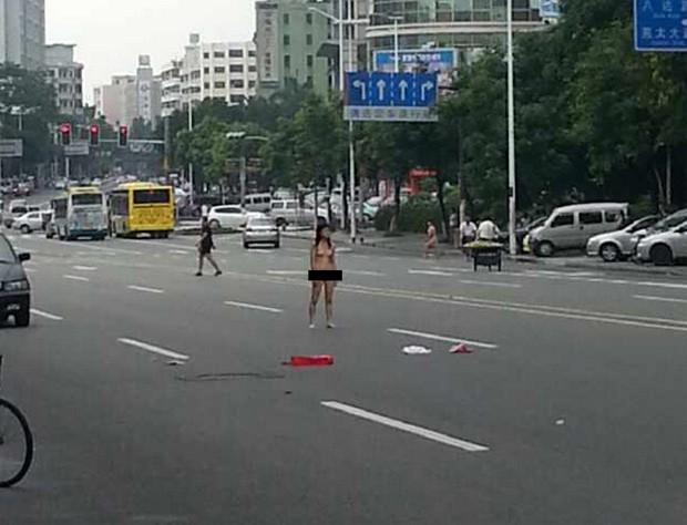 Mulher ficou totalmente nua no meio de avenida de Dongguan durante briga (Foto: Reprodu��o/Weibo/Jiang Lantau)