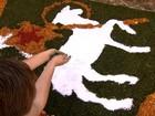 Tapetes de serragem colorem ruas e preservam tradição em Sabará