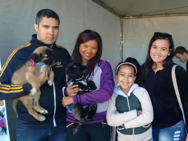 Família da Cristiane Santana adotou um cachorrinho: a Lari (Foto: Mariana Bonora/G1)
