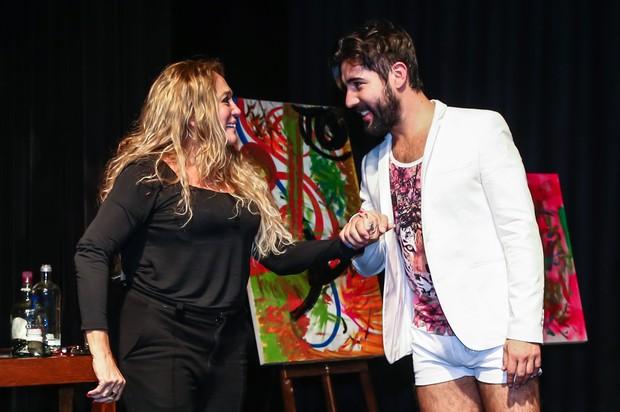 Suzana Vieira troca carinhos com Sandro Pedroso no palco (Foto: Cláudio Augusto/Photo Rio News)