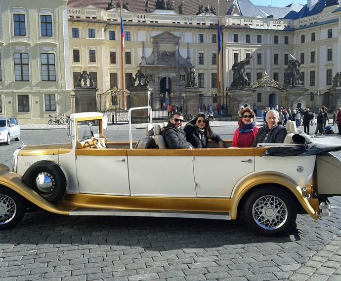 Os pais de Daniel ao lado do casal em Praga (Foto: Arquivo Pessoal)