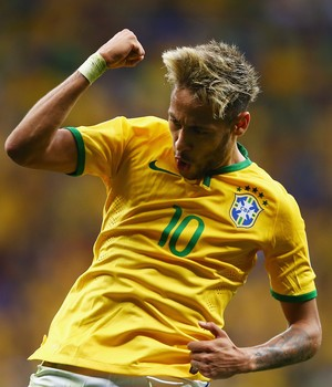 Neymar comemora seu segundo gol na partida (Foto: Clive Brunskill/Getty Images)