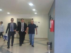 Renato Duque deixa a carceragem da PF, em Curitiba (Foto: Adriana Justi/G1)