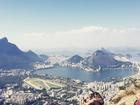 Bruno Gagliasso e Giovanna Ewbank curtem vista do Rio grudadinhos