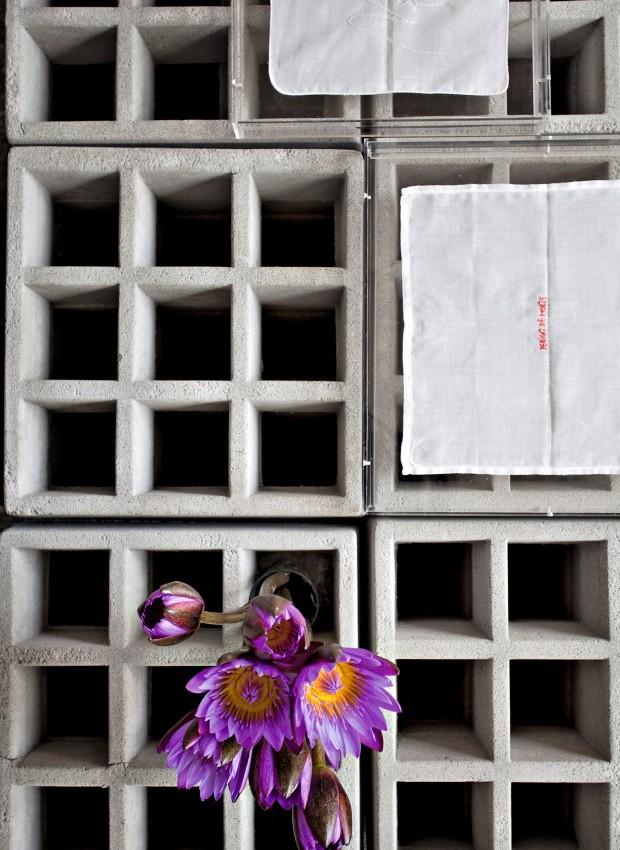 Multiúso. A mesa de centro feita com 32 tijolos de concreto pelo Garimporio revela-se também uma floreira (Foto: Marco Antonio / Editora Globo)