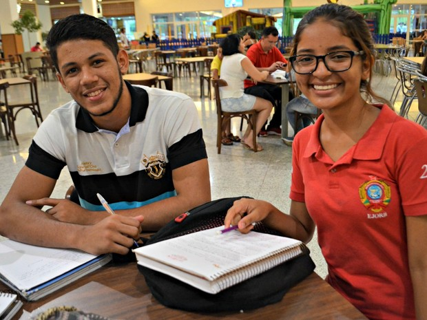 João Vitor Dantas, de 17 anos, disse que chega a estudar até 9 horas por dia; Mirna Lopes passa ao menos três horas revisando conteúdo (Foto: Quésia Melo/G1)