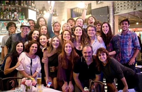 Vivianne Pasmanter, a Lili de Totalmente demais, também postou uma foto com a equipe da novela: 'Última noturna...', escreveu Reprodução