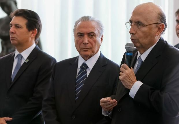 O presidente Michel Temer ouve o ministro Henrique Meirelles sobre as mudanças na reforma da Previdência durante café da manhã (Foto: Marcos Corrêa/PR)