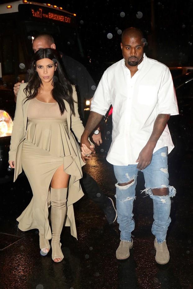 Grávida, Kim Kardashian com o marido, Kanye West, em festa em Nova York, nos Estados Unidos (Foto: AKM-GSI/ Agência)