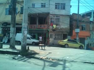 Comércio funciona normalmente após tiros na Maré (Foto: Gabriel Barreira/G1)