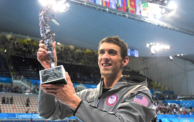 Michael Phelps recebe troféu de maior atleta olímpico (Foto: Reuters)