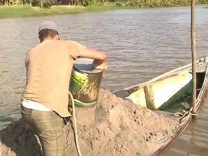 Pescadores passam a retirar areia do rio para sobreviver (Foto: Reprodução/ TV Gazeta)