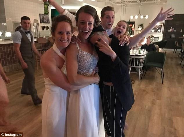 Kristen Stewart com as noivas (Foto: Reprodução/Instagram)