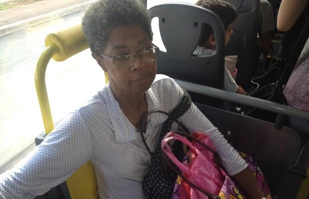 Odete diz que novos ônibus são bem-vindos, mas sistema ainda precisa de mudanças (Foto: Fernanda Borges/G1)