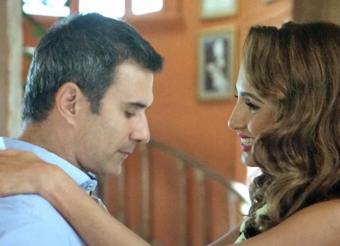 Carlos Alberto tem ciúmes de Regina (Foto: TV Globo)
