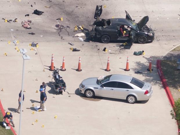 Vista aérea mostra o carro usado pelos atiradores no ataque ao Curtis Culwell Center, em Garland, no Texas (Foto: Reuters/Rex Curry)