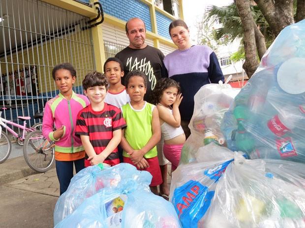 Família ajuda os pequenos a coletar o material reciclável. (Foto: Valdinei Guimarães/G1 ES)
