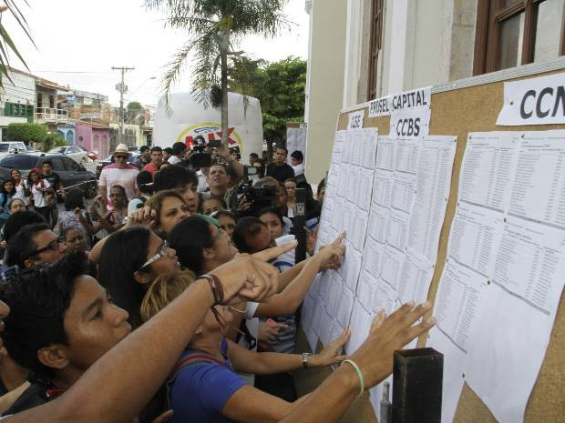 Candidatos conferem nomes no listão de aprovados no vestibular da Universidade do Estado do Pará (Uepa) em 2013. (Foto: Ary Souza/O Liberal)