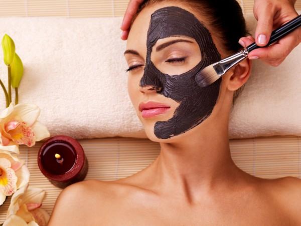 Dermatologista explica os danos que os produtos de beleza vencidos podem provocar no rosto, corpo, unhas e cabelo (Foto: Thinkstock)