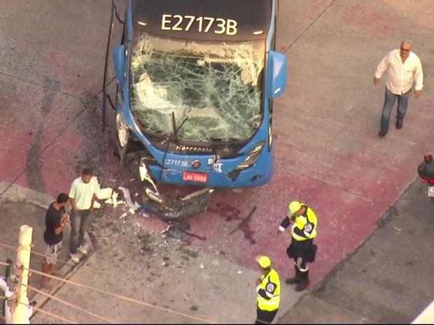 Ônibus e BRT colidem na Zona Oeste do Rio na manhã desta segunda-feira (19) (Foto: Reprodução / TV Globo)