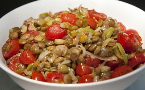 Salada de lentilhas com alho-poró e tomate cereja
