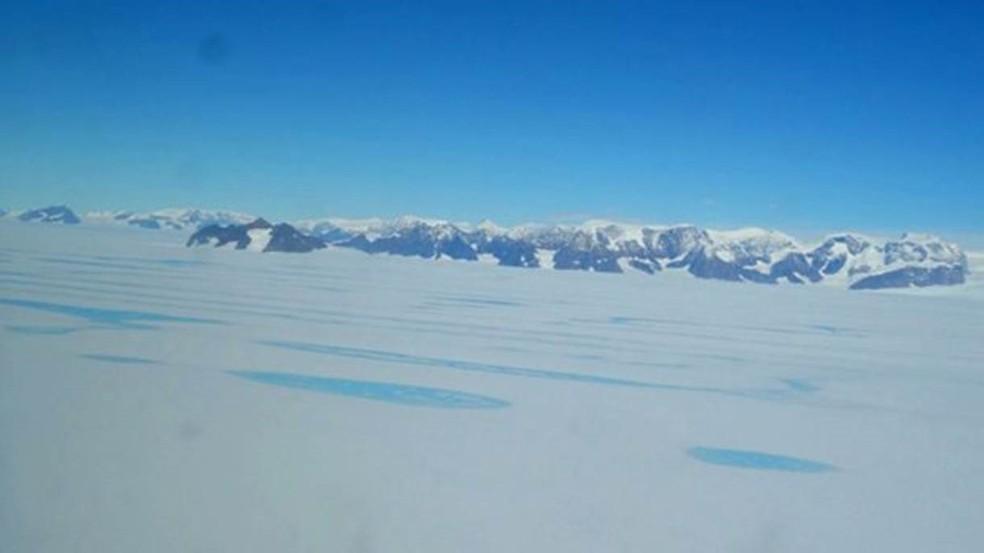 Bloco de gelo que ameaça se desprender tem 5 mil km² (o equivalente a 500 mil campos de futebol ou à área do Distrito Federal)  (Foto: BAS)