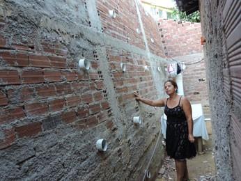 Eliane pediu empréstimo para construir muro de arrimo (Foto: Luna Markman/ G1)