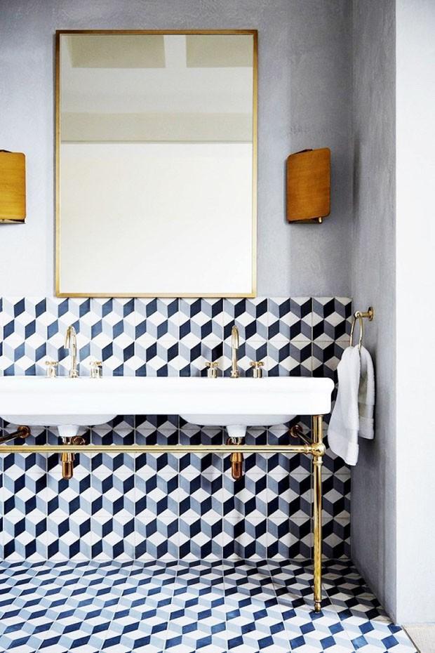 Décor do dia: Banheiro cinza e geométrico com toque de dourado (Foto: Reprodução)