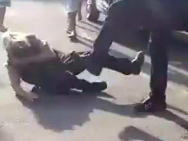 Já caída no chão, segurança de clube de Três Corações, MG, ainda é chutada por agressor; homem atacou segurança de clube neste sábado (17) (Foto: Reprodução/Redes Sociais)