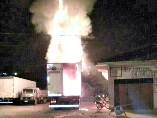 G1 - Caminhão <b>pega fogo</b> em <b>posto</b> de <b>gasolina</b> em Cruzeiro do Sul <b>...</b> 2014