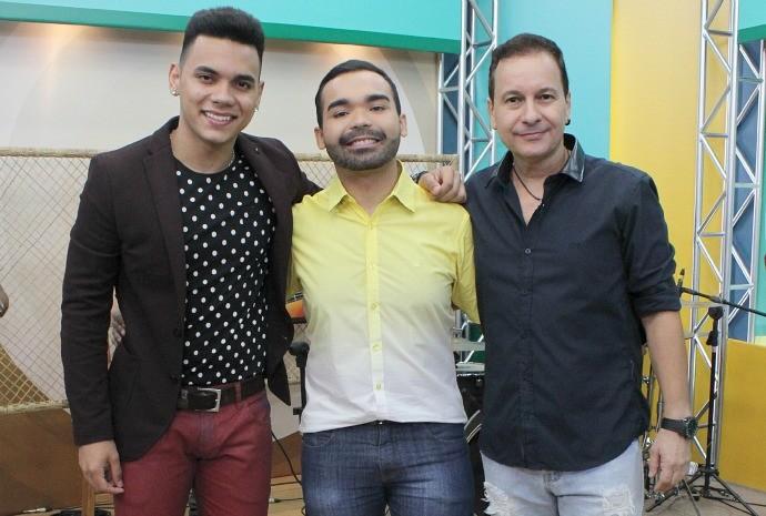 Coisa Nobre e Carlos Batata cantam no 'Paneiro' (Foto: Onofre Martins/ Rede Amazônica)
