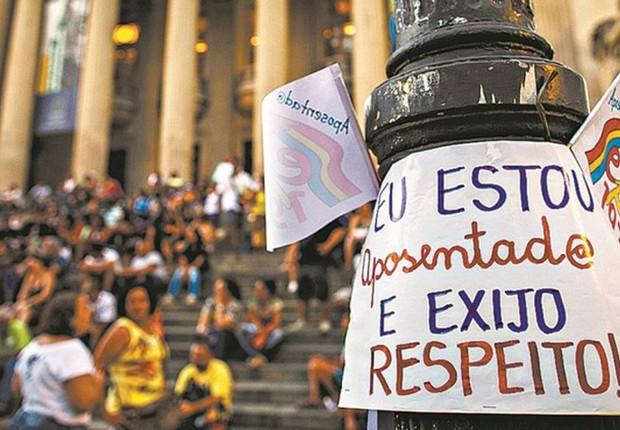Servidores protestam contra adiamento do pagamento a aposentados em frente à Alerj (Foto: Daniel Marenco/Agência O Globo)
