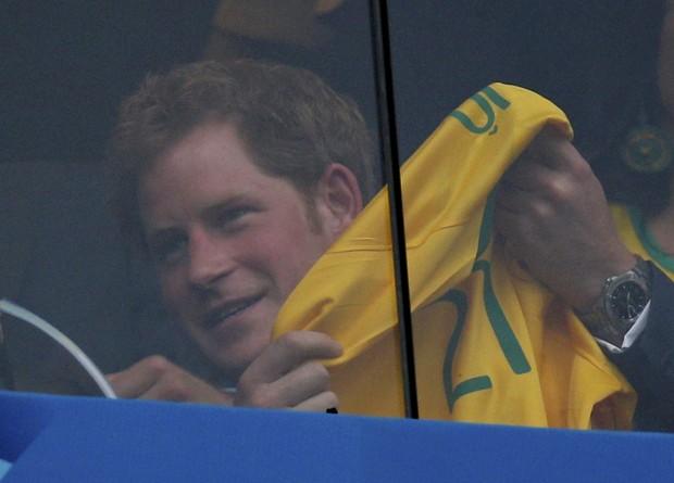 Principe Harry vendo jogo do Brasil (Foto: Agência Reuters)